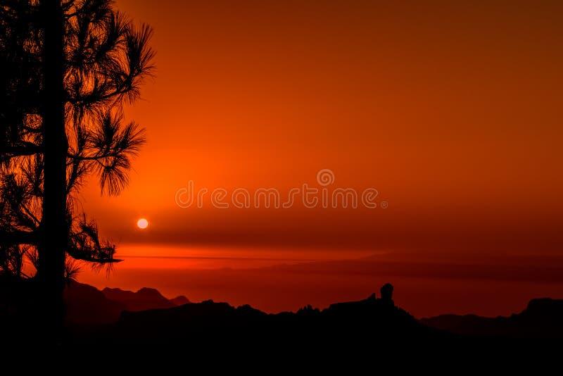 Puesta del sol en las monta?as de Gran Canaria imagenes de archivo