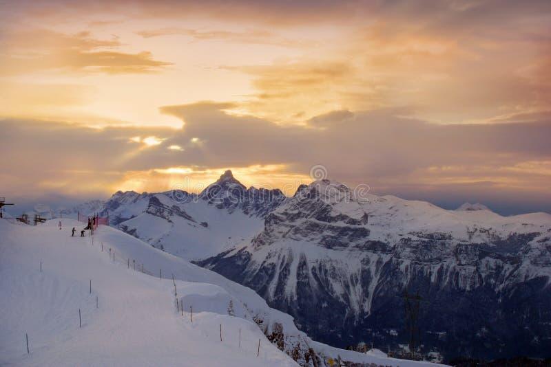 Puesta del sol en las montan@as fotos de archivo libres de regalías