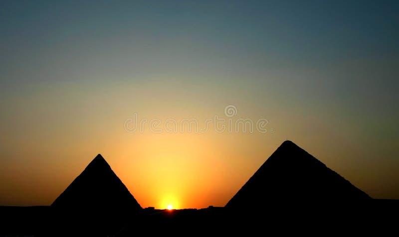 Puesta del sol en las pirámides fotografía de archivo