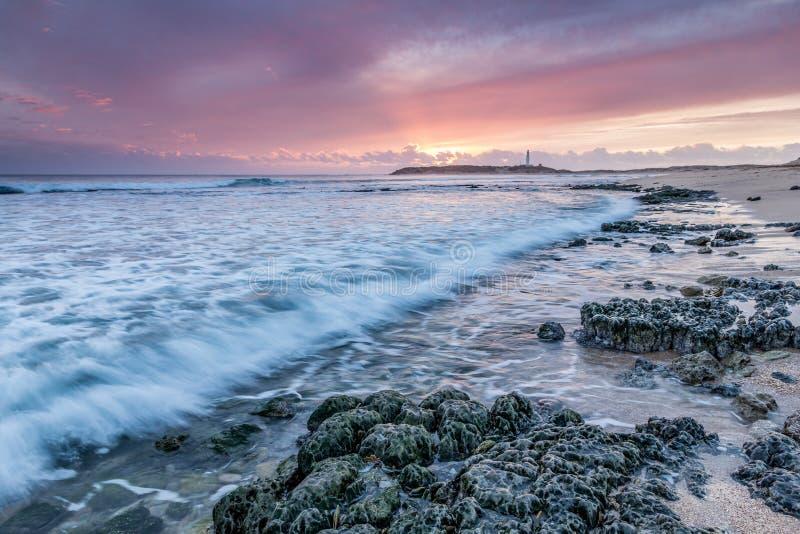 Puesta del sol en las playas de Trafalgar imagenes de archivo