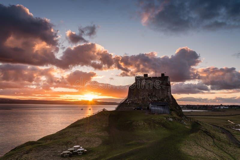 Puesta del sol en Lindisfarne foto de archivo