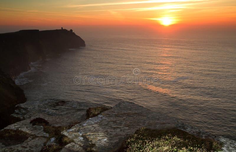 Puesta del sol en los acantilados de Moher foto de archivo