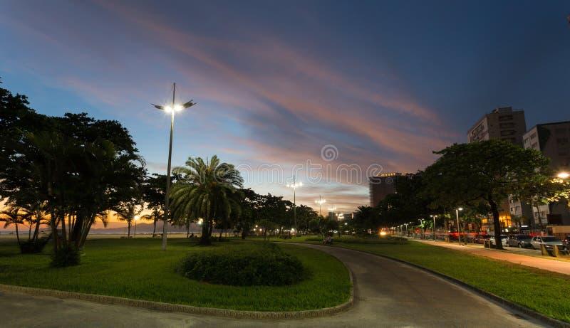 Puesta del sol en los jardines en la playa de Santos, el Brasil imágenes de archivo libres de regalías