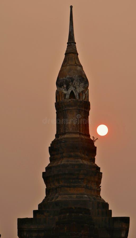 Puesta del sol en los templos en Sukothai, Tailandia fotografía de archivo libre de regalías