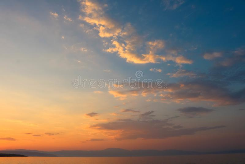Puesta del sol en Malinska en la isla Krk en el mar adriático, Croacia imagen de archivo libre de regalías