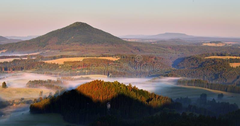 Puesta del sol en montaña hermosa imagenes de archivo