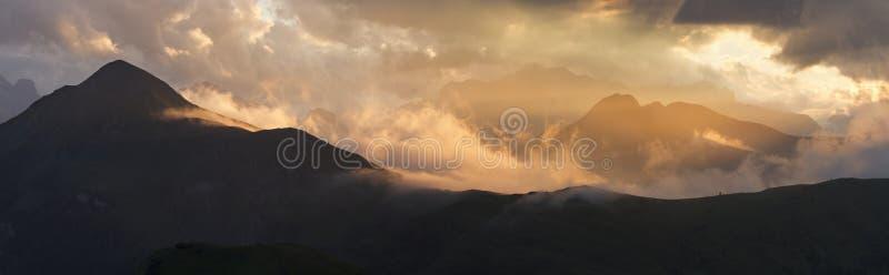 Puesta del sol en montañas imagen de archivo libre de regalías