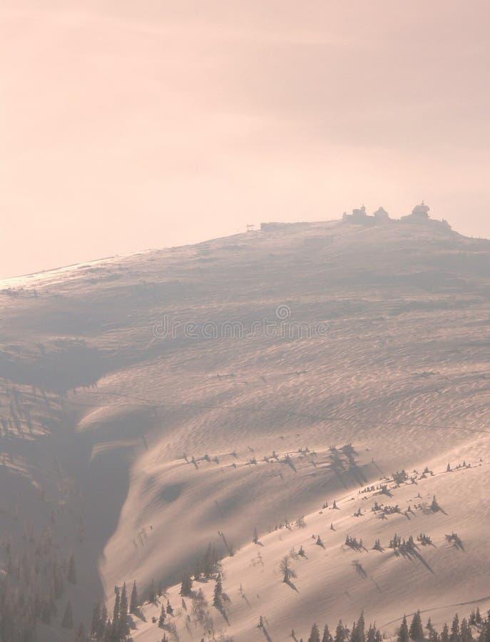Puesta del sol en montañas del invierno imagen de archivo libre de regalías