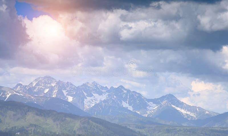 Puesta del sol en monta?as foto de archivo