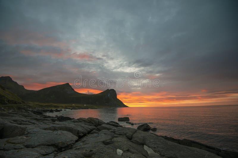 Puesta del sol en Myrland en las islas de Lofoten fotos de archivo libres de regalías