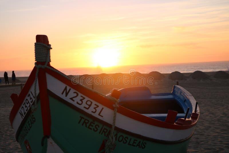 Puesta del sol en Nazaré - Portugal imagenes de archivo