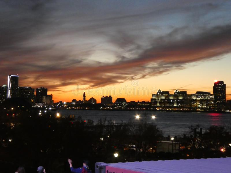 Puesta del sol en New Jersey visto de Nueva York imagen de archivo libre de regalías