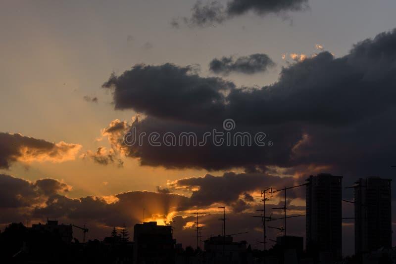 Puesta del sol en nubes imagen de archivo