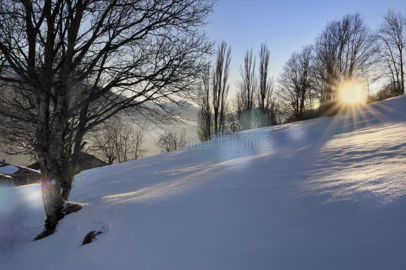 Puesta del sol en paisaje escénico en invierno fotos de archivo