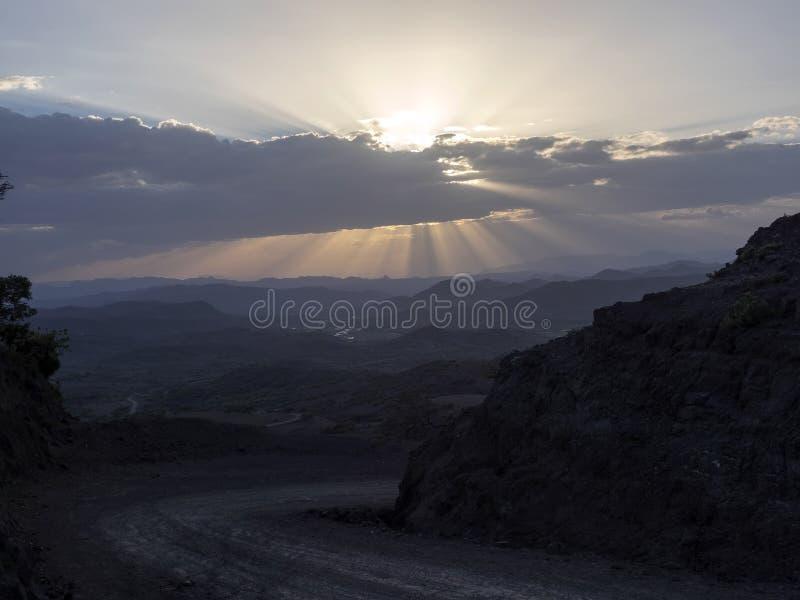 Puesta del sol en paisaje montañoso en Etiopía septentrional imágenes de archivo libres de regalías