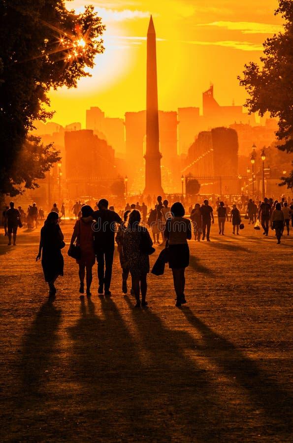 Puesta del sol en París imagenes de archivo