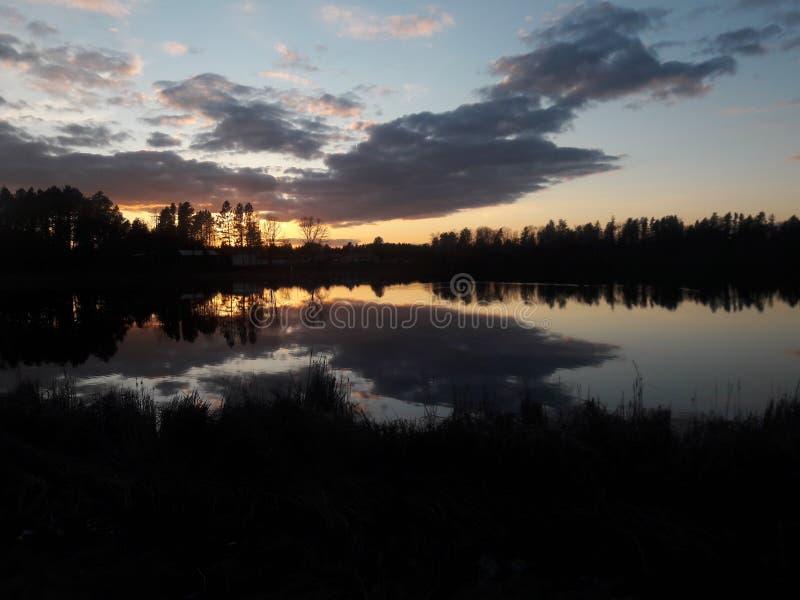 Puesta del sol en parte nublada sobre Walden Pond, río del pino, Minnesota imagenes de archivo
