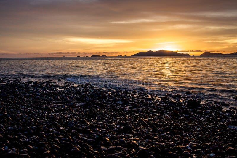 Puesta del sol en Pebble Beach fotografía de archivo