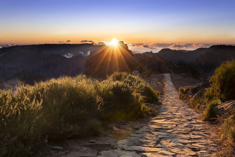 Puesta del sol en Pico hacer areeiro imagenes de archivo
