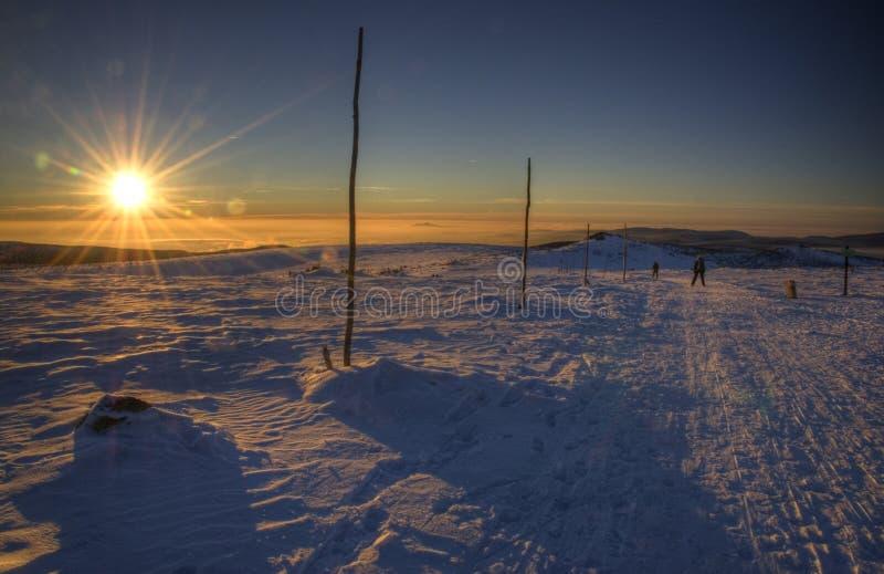 Puesta del sol en pista a campo través del esquí fotografía de archivo libre de regalías