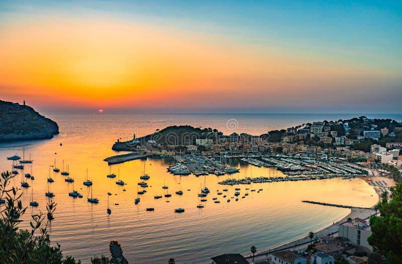 Puesta del sol en Port de Soller en Majorca España foto de archivo