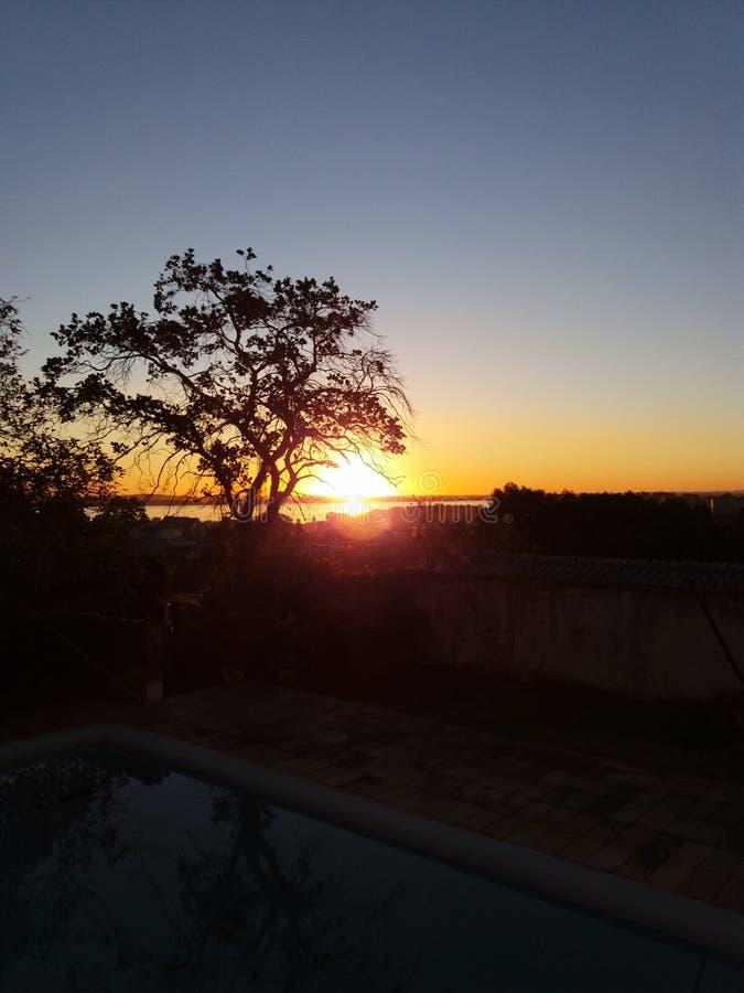Puesta del sol en Porto Alegre, el Brasil imagenes de archivo