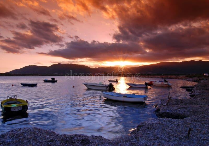 Puesta del sol en puerto foto de archivo