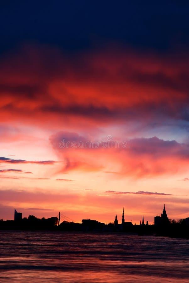 Puesta del sol en Riga fotos de archivo