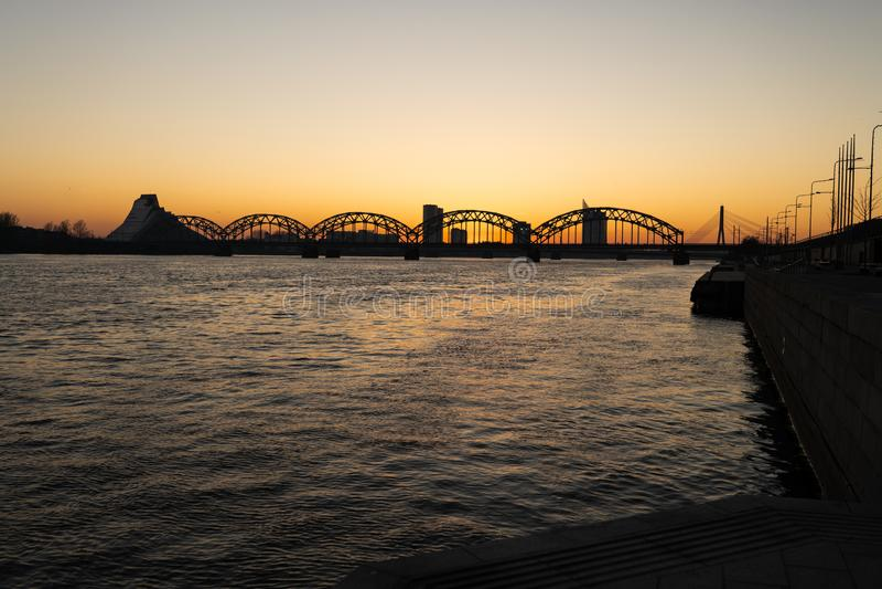 Puesta del sol en Riga con una visión sobre el Daugava y los puentes centrales - 2019 del vagabundo foto de archivo libre de regalías