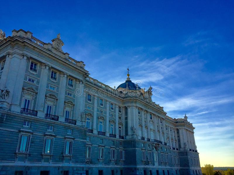 Puesta del sol en Royal Palace de España en el centro de Madrid fotos de archivo