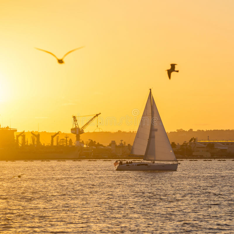 Puesta del sol en San Diego Waterfront Public Park, puerto deportivo y el San D imagenes de archivo