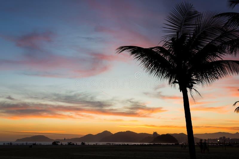 Puesta del sol en Santos Beach fotografía de archivo libre de regalías