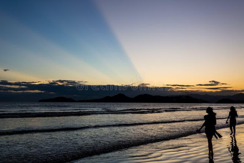Puesta del sol en Santos, el Brasil imagenes de archivo