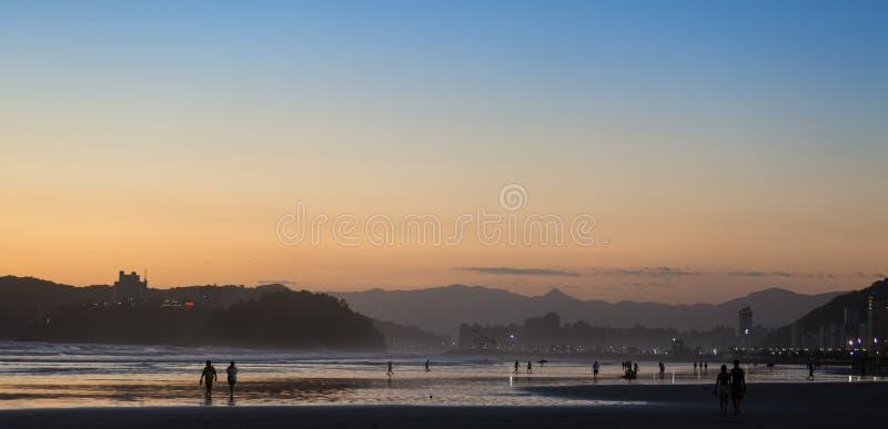 Puesta del sol en Santos, Sao Paulo, el Brasil fotos de archivo libres de regalías