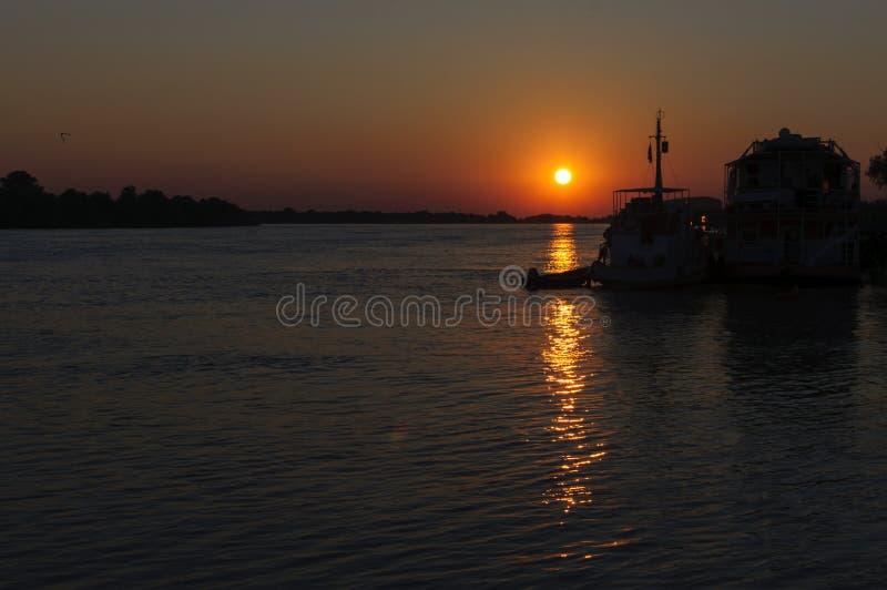 Puesta del sol en Sfantu Gheorghe fotografía de archivo
