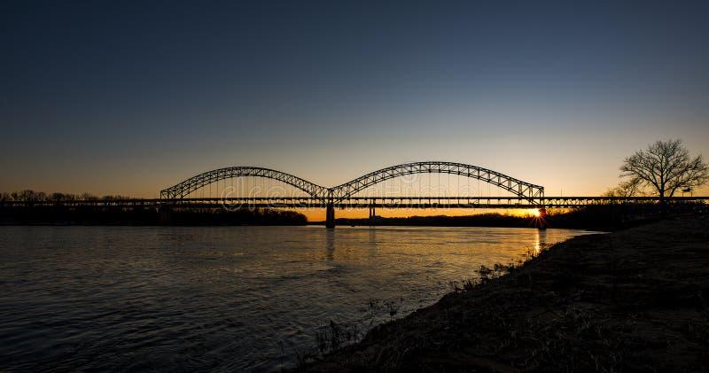 Puesta del sol en Sherman Minton Bridge - el río Ohio, Louisville, Kentucky y nueva Albany, Indiana imagen de archivo