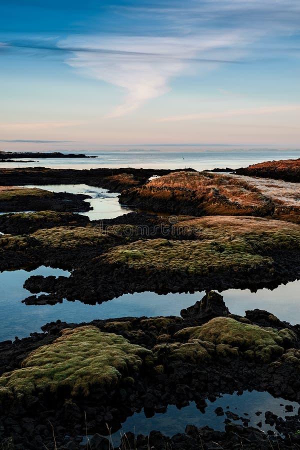 Puesta del sol en Straumur en Hafnarfjordur, Islandia foto de archivo libre de regalías