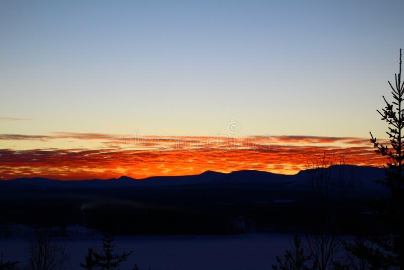Puesta del sol en Suecia septentrional imagen de archivo