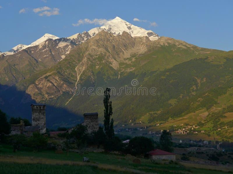 Puesta del sol en Svanetia imagenes de archivo