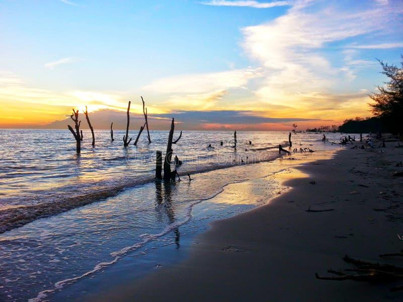 Puesta del sol en Tanjung Sepat imagenes de archivo