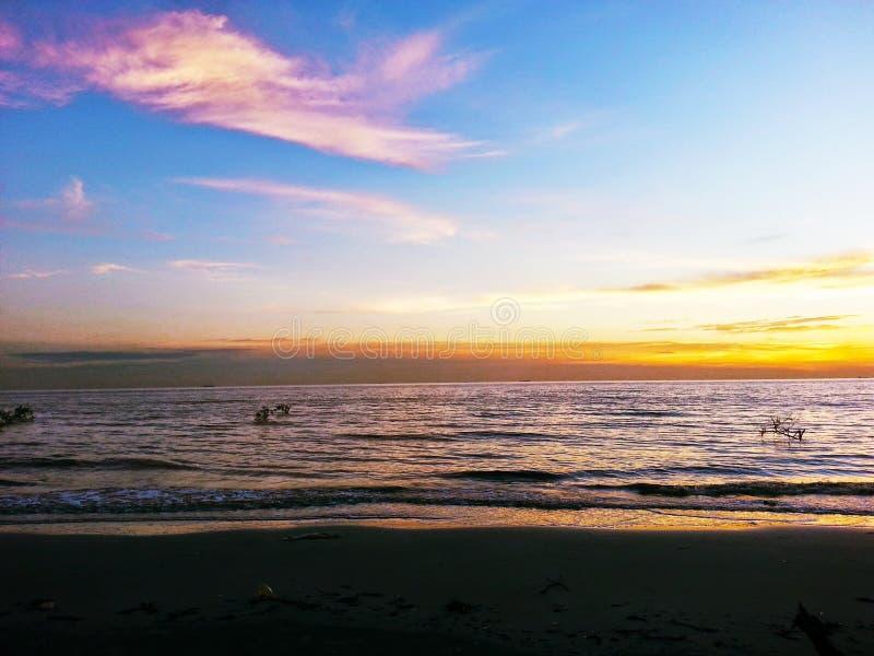 Puesta del sol en Tanjung Sepat imagen de archivo libre de regalías