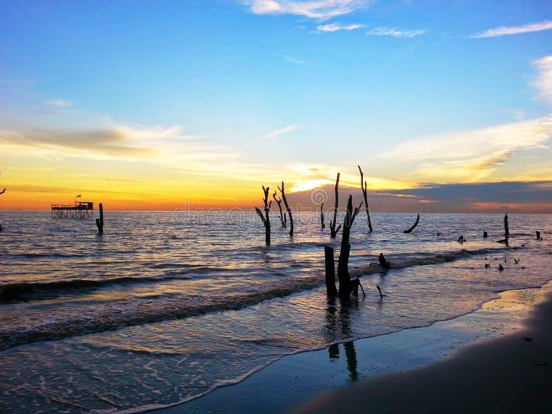 Puesta del sol en Tanjung Sepat fotografía de archivo libre de regalías