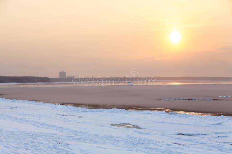 Puesta del sol en tiempo de niebla frío en el golfo de Finlandia, orilla del mar imagen de archivo libre de regalías