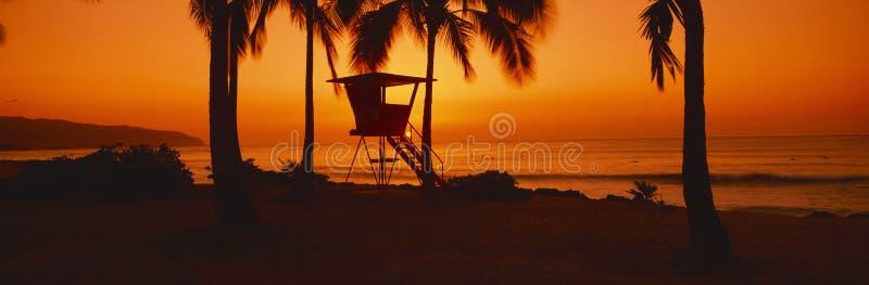 Puesta del sol en torre del salvavidas imagen de archivo libre de regalías