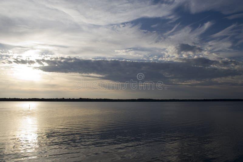 Puesta del sol en un lago canadiense norteño imagen de archivo