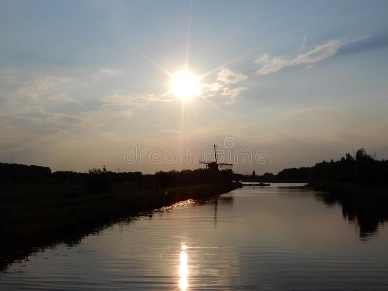 Puesta del sol en un paisaje holandés del pólder imagenes de archivo