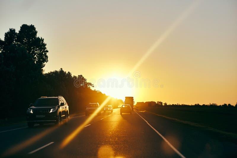 Puesta del sol en un viaje en el camino imagen de archivo