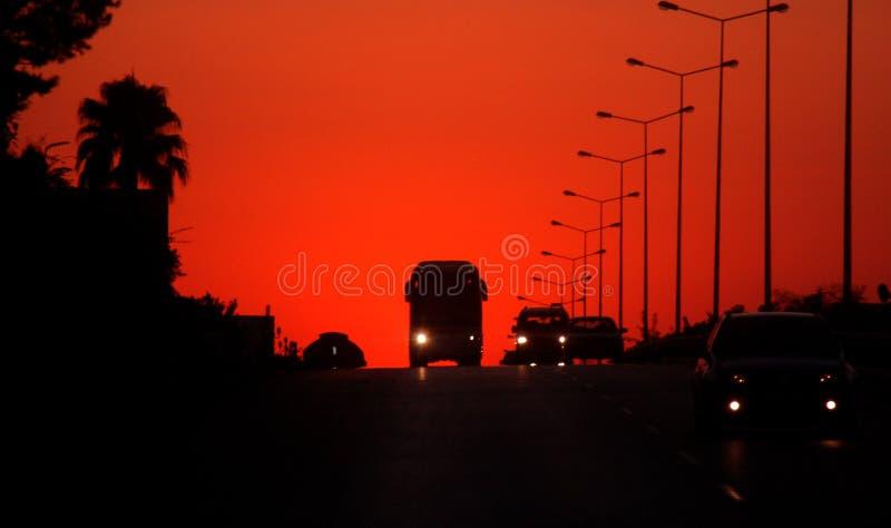 Puesta del sol en una autopista foto de archivo
