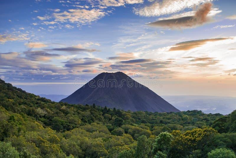 Puesta del sol en una base del volcán imagenes de archivo