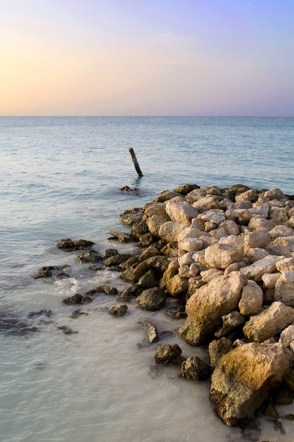 Puesta del sol en una costa costa mexicana foto de archivo libre de regalías